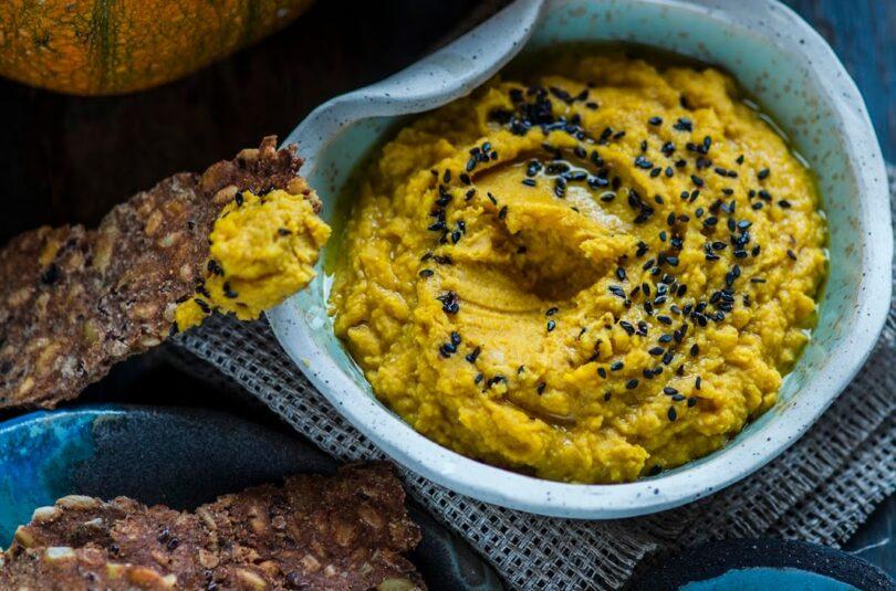 Kuldne kõrvitsahummus ja toortatrajahust näkileivad