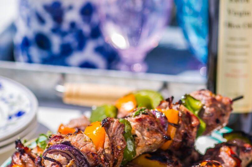Ürtidega oliiviõlis marineeritud mahlane sealihašašlõkk. Seltsiks grillitud köögiviljade ja päikesekuivatatud tomatiga salat