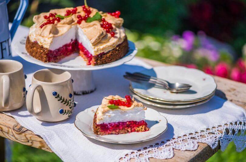 Punase sõstra vahekihiga ja beseekattega kook kaerajahust põhjal