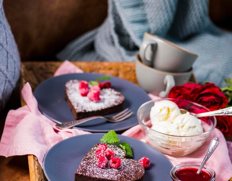 Kohvimaitseline mandlijahuga šokolaadikook vaarikakastme ja jäätisega