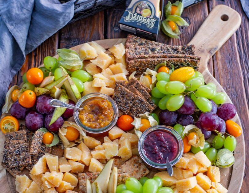 Külluslik juustuvaagen Džiugase juustude ja puuviljadega