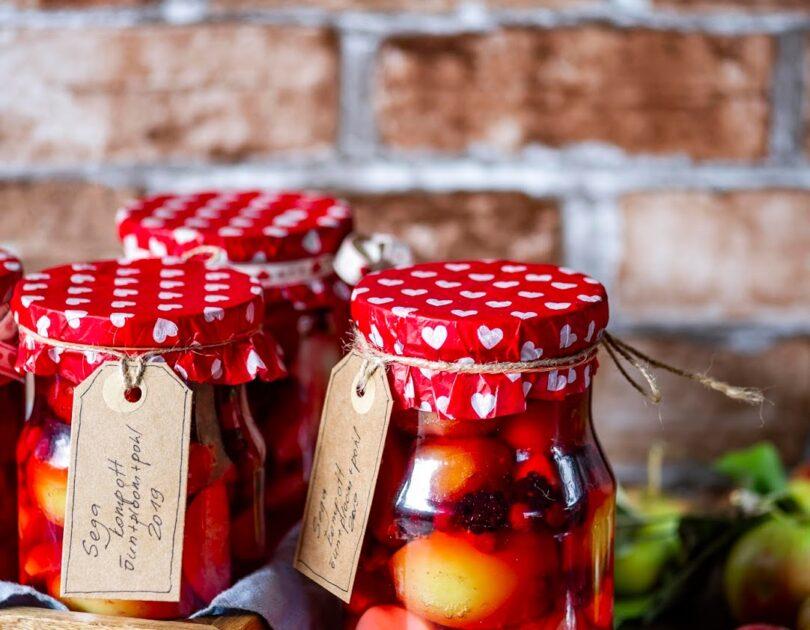Sügisene kompott õunte, ploomide ja pohladega