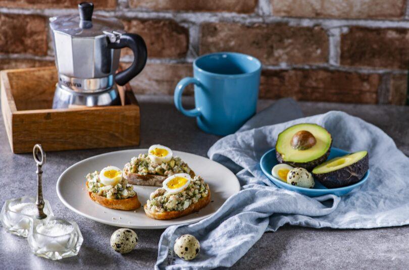 Võileivad tursamaksa-muna ja avokaado salatiga