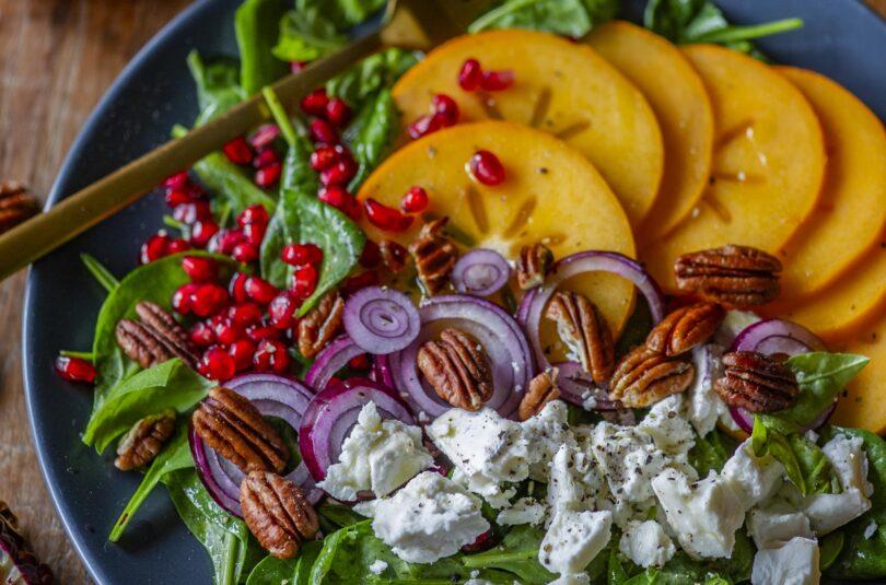 Värvikirev vitamiinisalat hurmaa, granaatõunaseemnete ja kitsejuustuga
