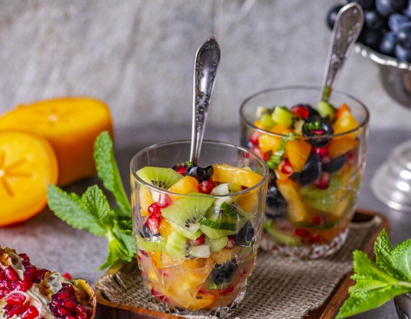 Vitamiinipommist puuviljasalat laimi ja mündiga
