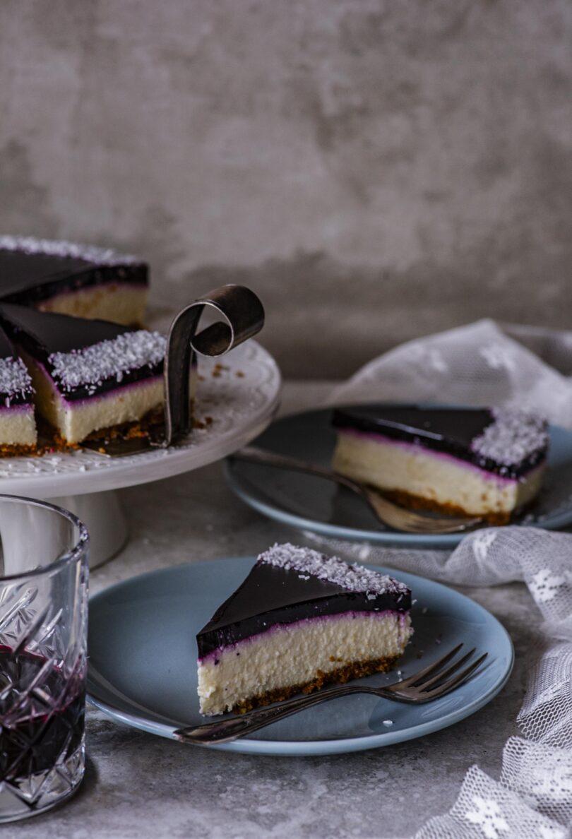 Mustikakattega küpsetamata kodujuustu-valge šokolaadi kook piparkoogipõhjal